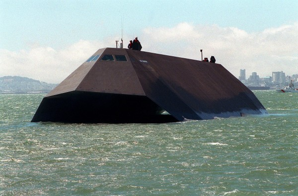 Sea Shadow w trakcie prób w San Francisco - 19 sierpnia 1993 roku (fot. US Navy)