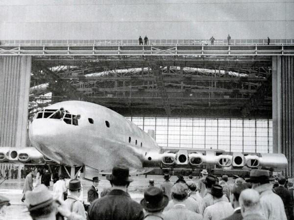 Pierwsze wytoczenie jeszcze nieukończonego Brabazona z hangaru
