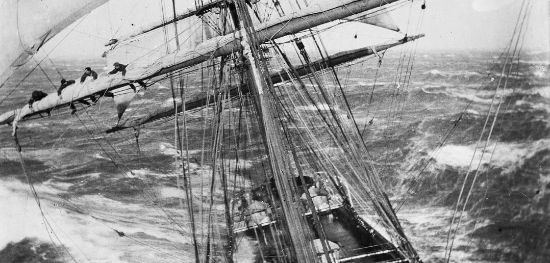 Żaglowiec Garthsnaid w trakcie silnego sztormu w 1920 roku (fot. Alexander Harper)