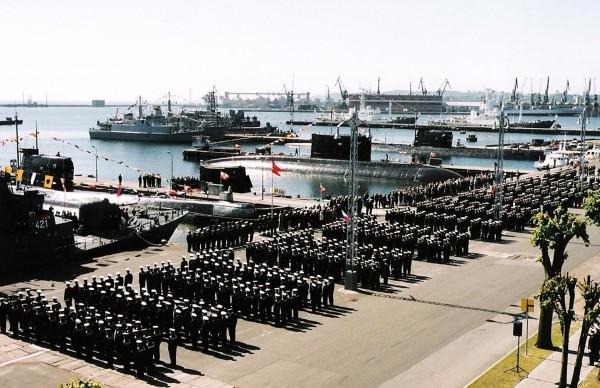 Ceremonia podniesienia bandery na ORP Sokół