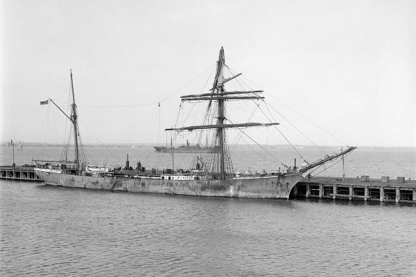 Żaglowiec Garthsnaid w Melbourne - 4 kwietnia 1923 roku. Statek doznał poważnych uszkodzeń w trakcie rejsu i musiał zostać odholowany do portu (fot. Allan C. Green)