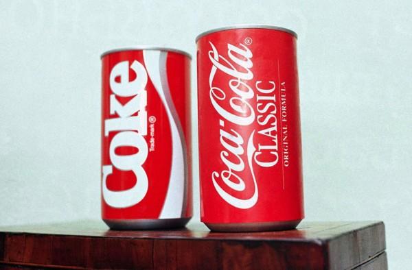 Coca-Cola Classic i New Coke (fot. Charles Kelly)