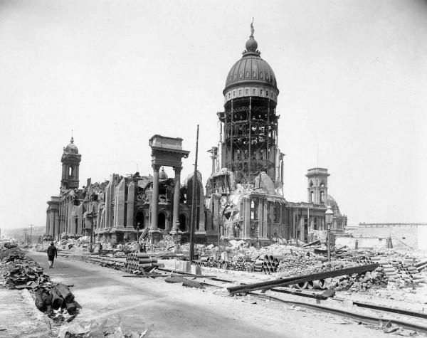 Ruiny ratusza po trzęsieniu ziemi