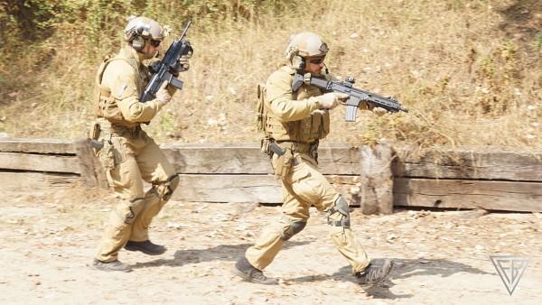 Żołnierze z karabinkami MSBS (fot. Fabryka Broni Łucznik)