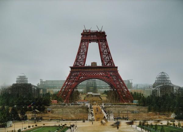 Wieża Eiffla w trakcie budowy - lipiec 1888 roku (fot. Jordan J. Lloyd/www.dynamichrome.com)