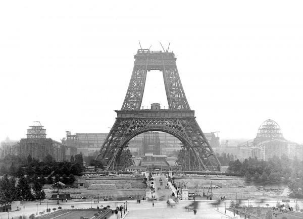 Wieża Eiffla w trakcie budowy - lipiec 1888 roku (fot. Roger Viollet)