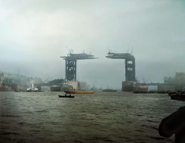 Tower Bridge w Londynie w 1889 roku (fot. Jordan J. Lloyd/www.dynamichrome.com)