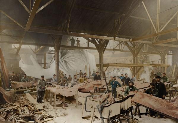 Statua Wolności w trakcie budowy w Paryżu w 1882 roku (fot. Jordan J. Lloyd/www.dynamichrome.com)