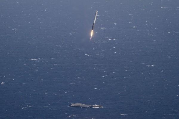 Pierwsze udane lądowanie rakiety Falcon 9 na morzu (fot. SpaceX)
