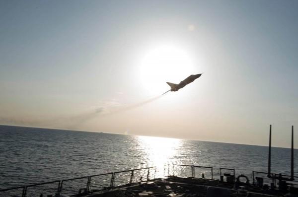 Su-24 przelatujący nad niszczycielem USS Donald Cook (DDG 75) 12 kwietnia 2016 na Morzu Bałtyckim (fot. US Navy)
