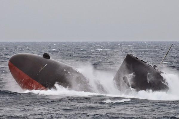 Japoński konwencjonalny okręt podwodny typu Oyashio w trakcie awaryjnego wynurzania