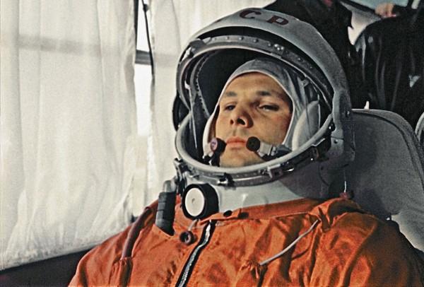 Jurij Gagarin w drodze na stanowisko startowe