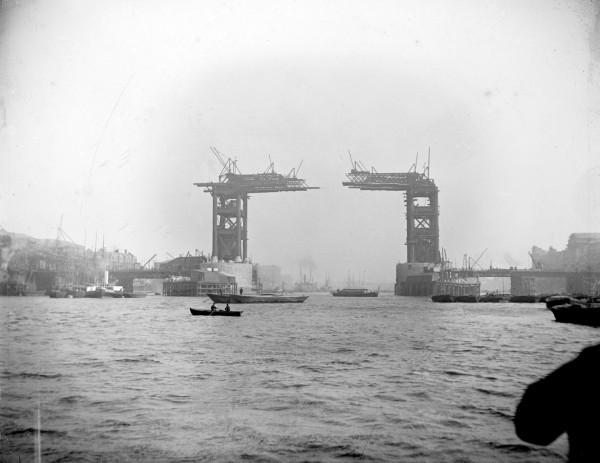 Tower Bridge w Londynie w 1889 roku (fot. English Heritage/Heritage Images)