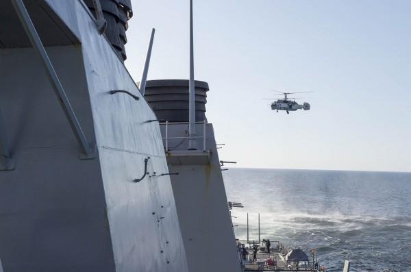 KA-27 Helix przelatujący nad niszczycielem USS Donald Cook (DDG 75) 12 kwietnia 2016 na Morzu Bałtyckim (fot. US Navy)