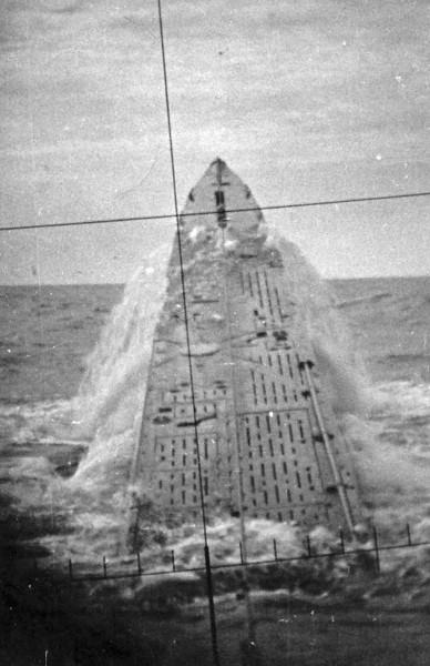 Awaryjne wynurzenie niemieckiego U-boata  U-427. Zdjęcie wykonano przez peryskop.
