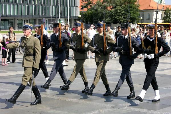 Żołnierze Batalionu Reprezentacyjnego z karabinkami SKS (fot. Boston9)