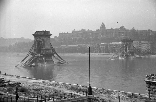 Most Łańcuchowy w Budapeszcie po wysadzeniu przez Niemców w 1945 roku