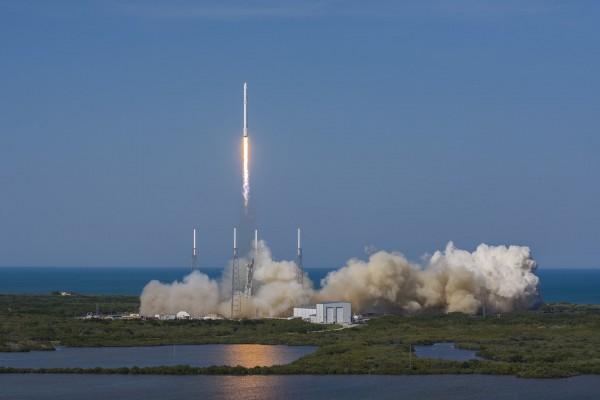Start rakiety Falcon 9, 8 kwietnia 2016. Po wyniesieniu kapsuły zaopatrzeniowej, rakieta powróciła na ziemię i wylądowała na barce (fot. SpaceX)