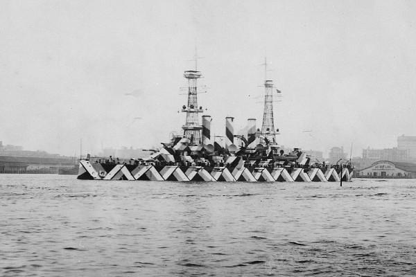 Pancernik USS Nebraska w nietypowym kamuflażu rozpraszającym w Norfolk - 20 kwietnia 1918 roku