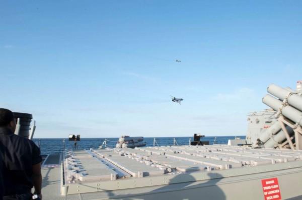 Su-24 przelatujące nad niszczycielem USS Donald Cook (DDG 75) 12 kwietnia 2016 na Morzu Bałtyckim (fot. US Navy)