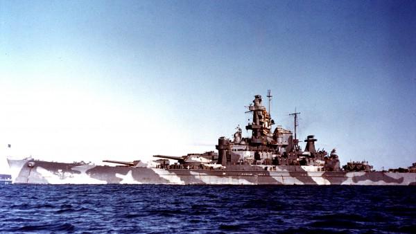 Pancernik USS Alabama w bardziej neutralnym kamuflażu pod koniec II wojny światowej