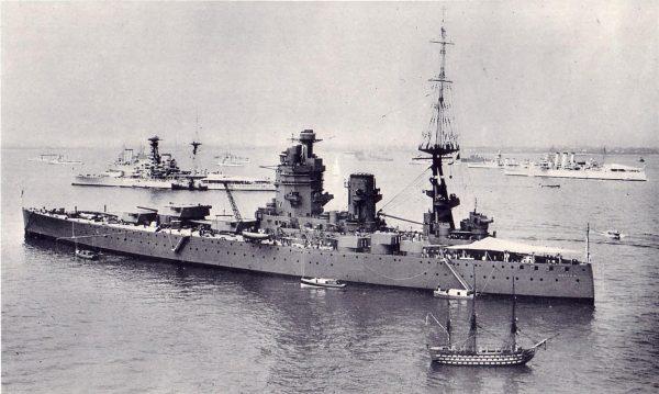 Replika HMS Victory w skali 1/4 obok pancernika HMS Nelson w 1935 roku