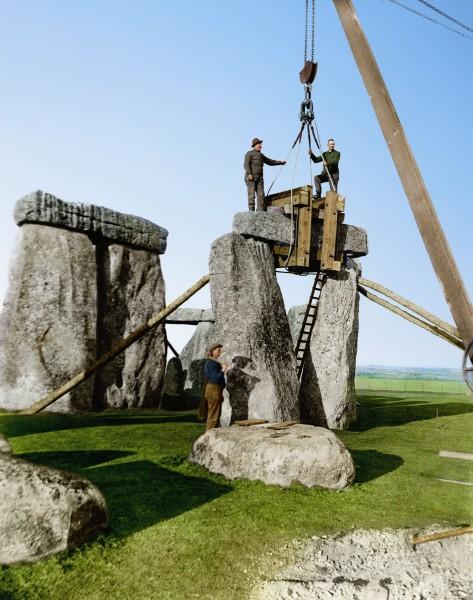 Stonehenge w trakcie odbudowy w 1920 roku (fot. Jordan J. Lloyd/www.dynamichrome.com)
