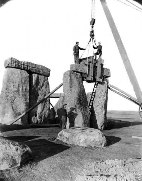 Stonehenge w trakcie odbudowy w 1920 roku (fot. English Heritage/Heritage Images)
