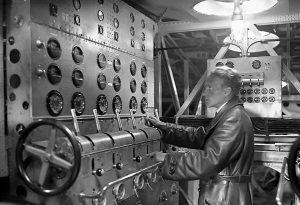 """""""Maszynownia"""" - pomieszczenie mechanika kontrolującego pracę silników"""