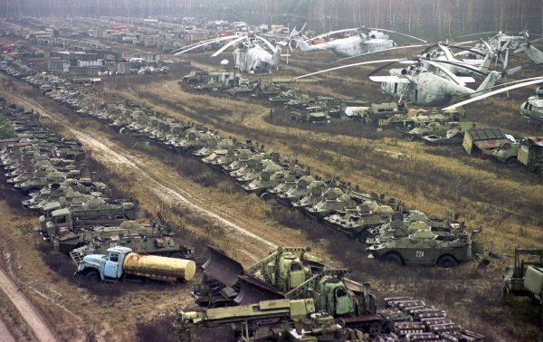 Cmentarzysko sprzętu w okolicach Czarnobyla w listopadzie 2000 roku - w tle widać min. Mi-6 (fot. Efrem Lukatsky)
