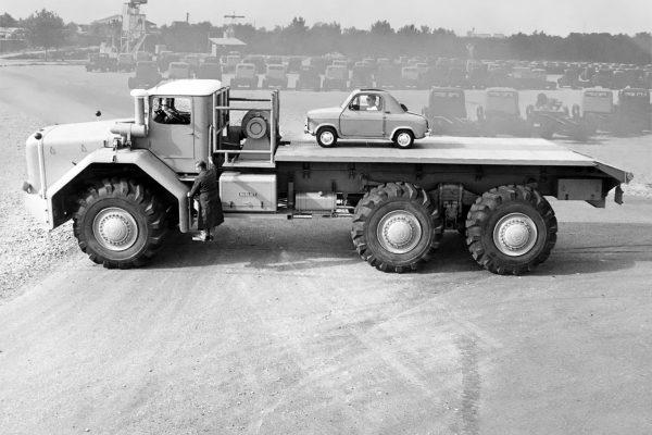 Jedno z najsłynniejszych zdjęć Berliet T100. Niewielki samochód na pace to Vespa 400 (2,8 m długości i waga 375 kg)