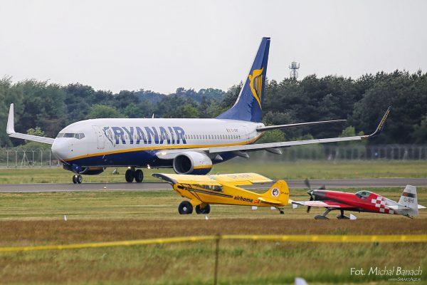 RyanAir startuje, a na ziemi czekają samoloty które rozpoczną pokaz - Aerofestival 2016 (fot. Michał Banach)