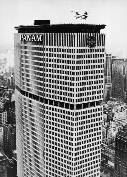 Helikopter lądujący na Pan am building - kwiecień 1965 (fot. Fox Photos/Getty Images)