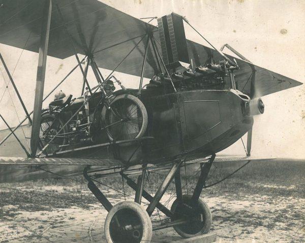 Samolot Wright-Martin Model R należący do E. Paula du Pont z przyczepionym motocykle Indian 1911