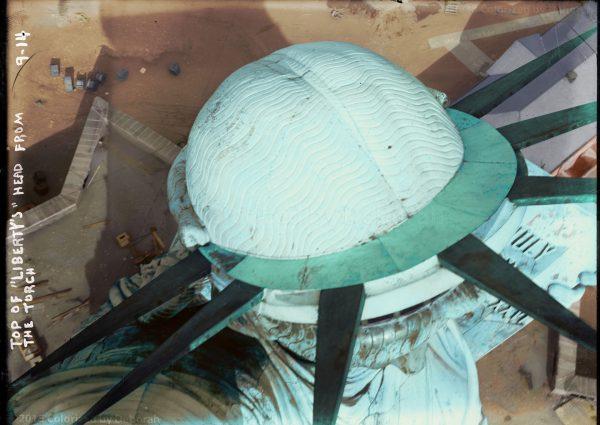Statua Wolności widziana z pochodni - zdjęcie z 1914 roku (współcześnie pokolorowane)