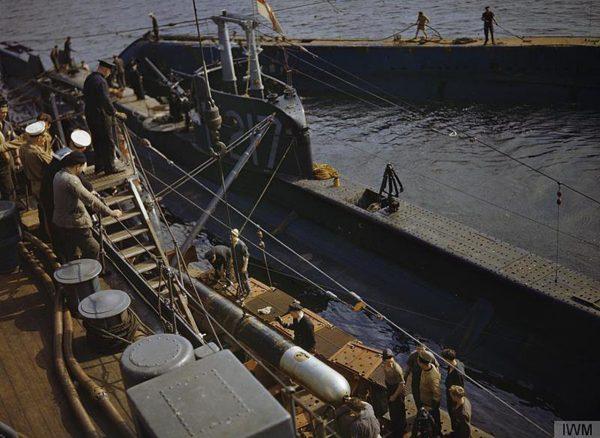 Załadunek torped na pokład okrętu podwodnego HMS P311 (fot. IWM)