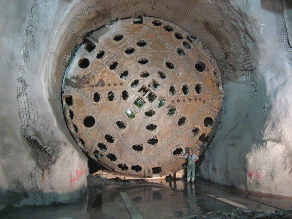Głowica jednej z maszyn drążących tunel (fot. Cooper.ch/Wikimedia Commons)