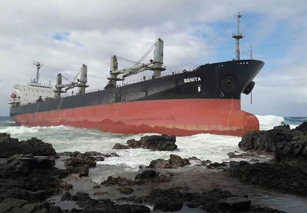 MV Benita na skałach u wybrzeży Mauritiusu (fot. shippingtandy.com)