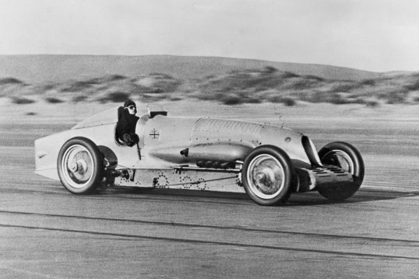 Napier-Campbell Blue Bird w Pendine Sands 23 stycznia 1927 roku (fot. E. Bacon/Topical Press Agency/Hulton Archive/Getty Images)