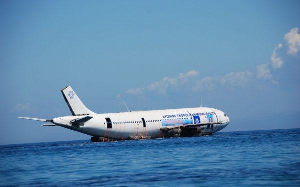 Airbus A300 zatopiony u wybrzeży Kusadasi w Turcji 4 czerwca 2016 (fot. Necip Uyanik/Anadolu Agency/Getty Images)