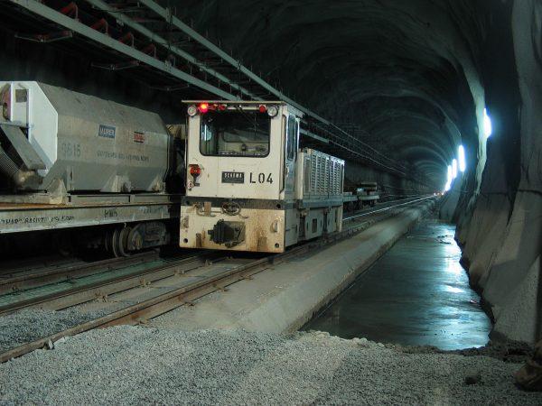 Wnętrze tunelu Gotthard - Basistunnel w trakcie budowy (fot. Daniel Schwen)