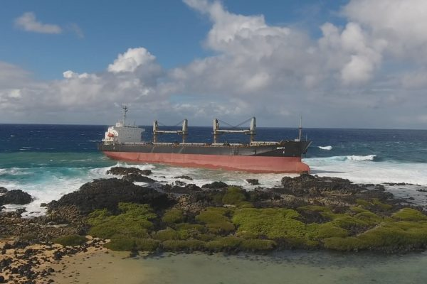 MV Benita na skałach u wybrzeży Mauritiusu (fot. nieznany)