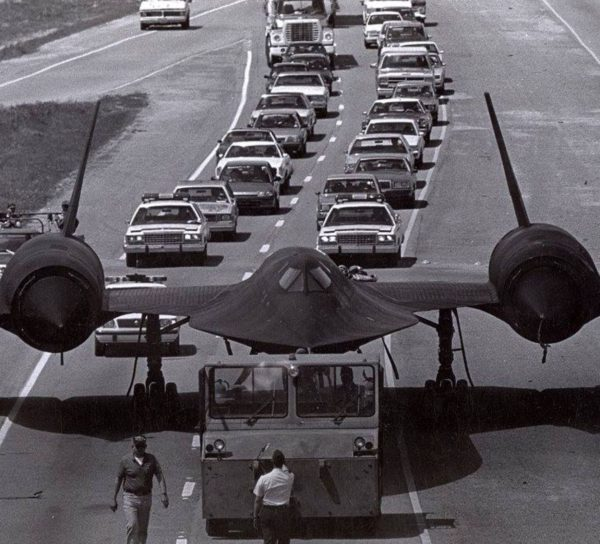 SR-71 Blackbird o numerze seryjnym 17958 w trakcie holowania autostradą numer 129 w Georgii między bazą Robins a muzeum oddalonym o kilka kilometrów (fot. Jay Miller)