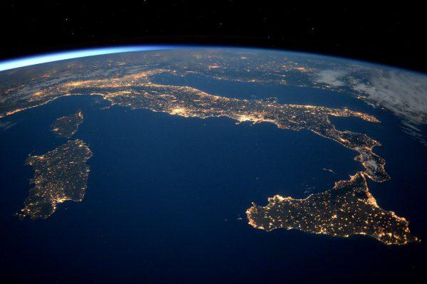 Włochy nocą (fot. Tim Peake)