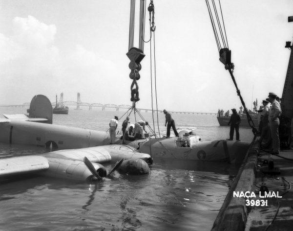 B-24 Liberator po wodowaniu na James River w 1944 roku (fot. NASA)