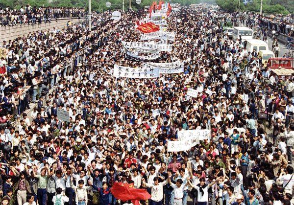 Protestujący na placu Tian'anmen - 4 maja 1989 roku (fot. AP Photo/Mikami)