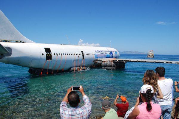 Airbus A300 zatopiony u wybrzeży Kusadasi w Turcji 4 czerwca 2016 (fot. thesun.co.uk)