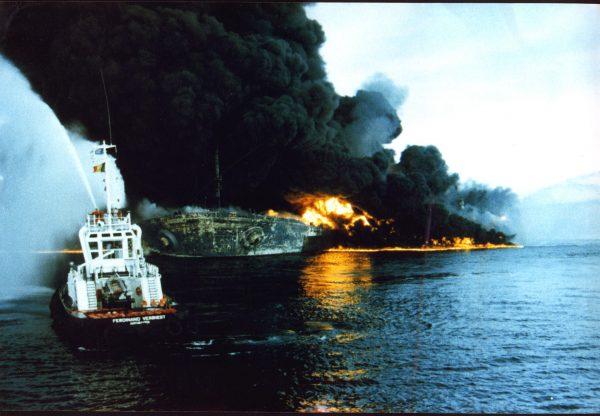 Seawise Giant w ogniu po zbombardowaniu w Zatoce Perskiej w 1988 roku