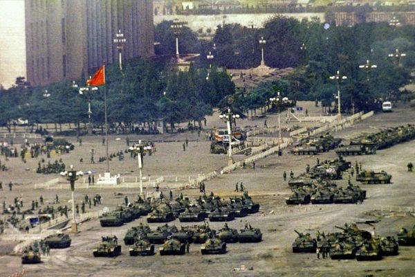 Czołgi i bojowe wozy piechoty na placu Tian'anmen (fot. defence.pk)
