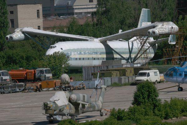 Pierwszy prototyp Mil W-12 (Mi-12) współcześnie w zakładach Mila (fot. Yuriy Lapitskiy)